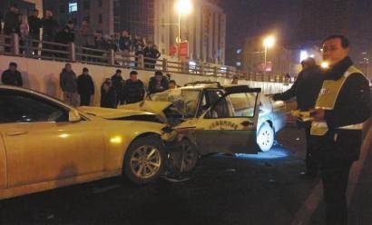 两车迎面相撞,出租车损失惨重 新文化记者 王强 摄