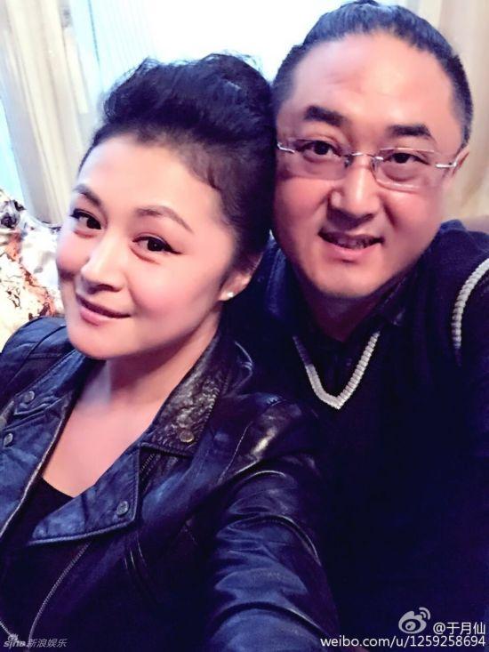 赵本山小姨子与老公大秀恩爱 被赞有夫妻相