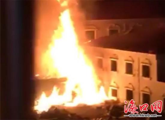海口一酒店楼顶着火近3米高 疑燃放烟花引发
