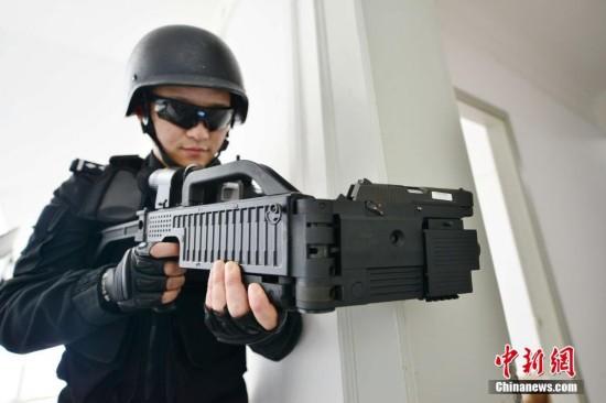 """上海特警持""""拐弯枪""""训练"""