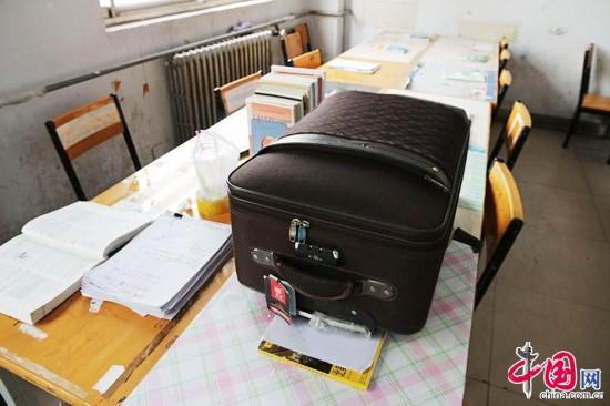 2015年3月4日,河南省鄭州市,佔座學生出奇招,將行李箱放在桌上佔座。中國網圖片庫 供圖