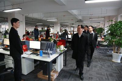 森马董事长邱光和走访员工办公间图片