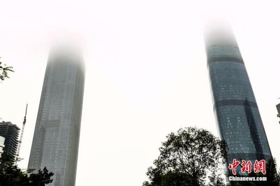 """广州连日遭遇雨雾天气 摩天建筑被""""灭顶"""""""