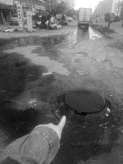 海口一下水道冒污水恶臭难闻 居民掩鼻绕行