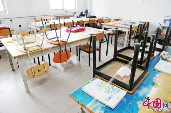 2015年3月4日,河南省鄭州市,佔座學生出奇招,將凳子用透明膠帶牢牢粘在桌子上。中國網圖片庫 供圖