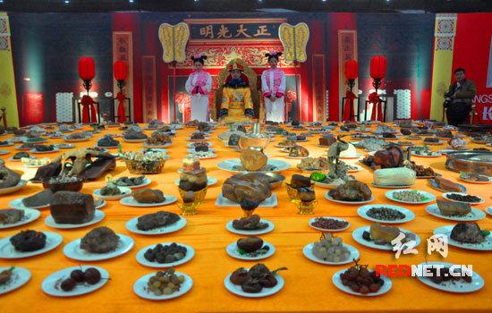 """奇石组成一桌""""满汉全席""""。"""