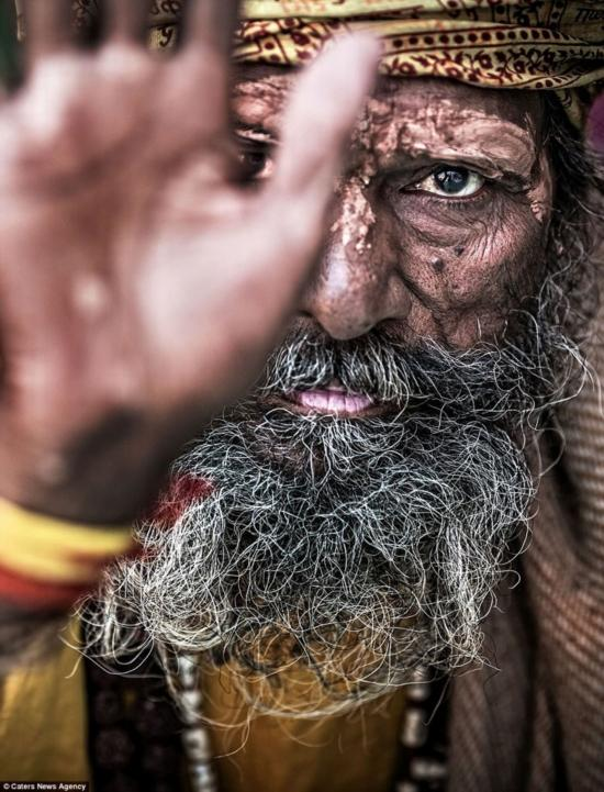 慎入!记录印度食人族僧侣吃人仪式(组图)