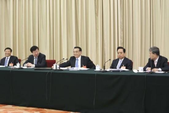 3月6日上午,中共中央政治局常委、国务院总理李克强来到他所在的十二届全国人大三次会议山东代表团参加审议。