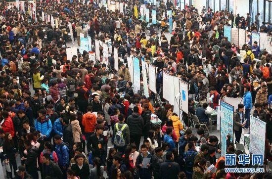 ,众多毕业生在天津工业大学招聘会现场求职.-春季招聘会上求职忙图片