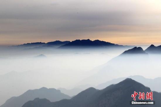 河南老君山现平流云奇观 云雾笼罩似仙境