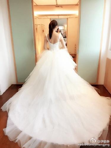 伊能静为婚礼试婚纱 白色长裙拖地露美背 图
