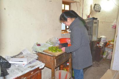 15岁女孩为瘫痪父亲做饭 学校到家每天跑8趟
