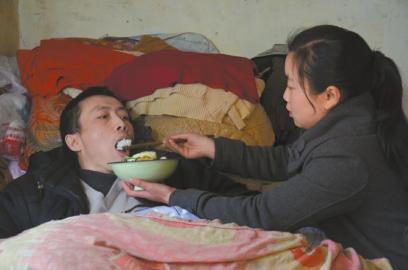 """父亲瘫痪母亲离家 15岁女孩""""带""""父上学"""