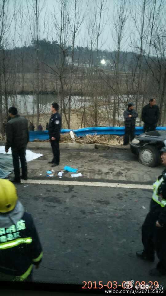 河南一载55人大巴坠入水塘 至少5死12伤