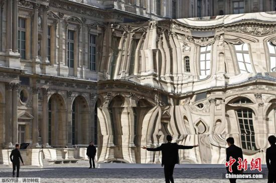 卢浮宫现巨型哈哈镜墙壁时空扭曲引围观