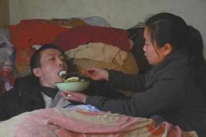 15歲女孩為癱瘓父親做飯 學校到家每天跑8趟