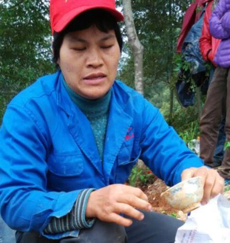村民展示挖到的宝贝。