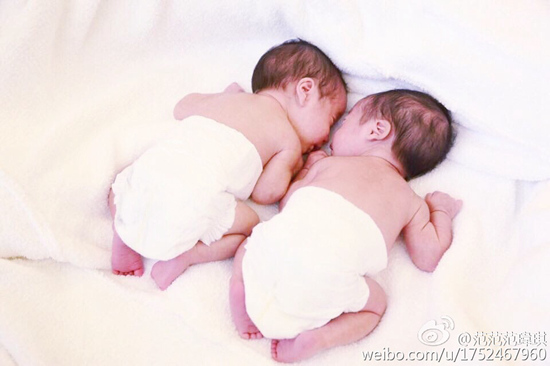 """范玮琪晒双胞胎儿子近照称两人""""趴趴熊猫""""(图)"""