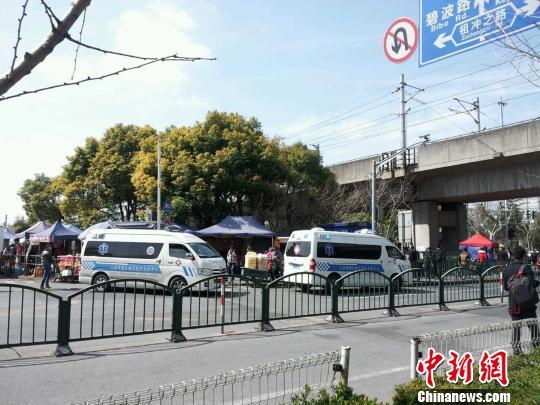 上海地铁2号线发生供电设备故障后,2号线张江高科地铁站附近救护车图片