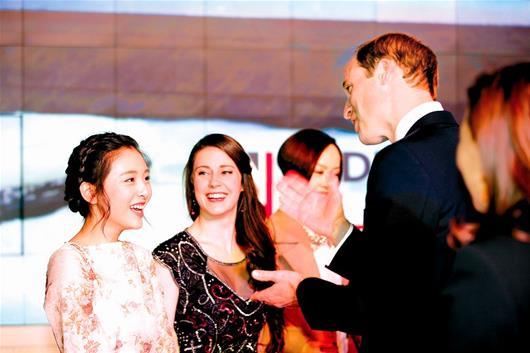 图为:吴倩与威廉王子攀谈