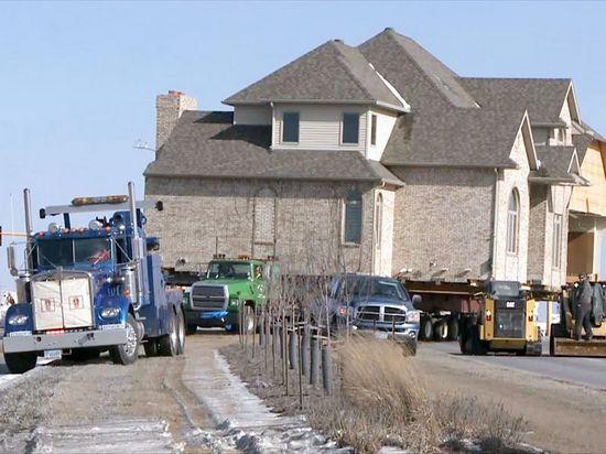 男子花7万美元买下百万豪宅迁到22公里外(图)