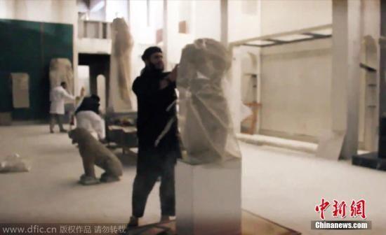 """当地时间2015年2月26日报道,极端组织""""伊斯兰国""""再度发布新视频,显示武装分子以大锤和电钻疯狂破坏伊拉克北部重镇摩苏尔一家博物馆内的古文物,无数的雕像被武装分子推倒和破坏。 图片来源:东方ic 版权作品 请勿转载"""