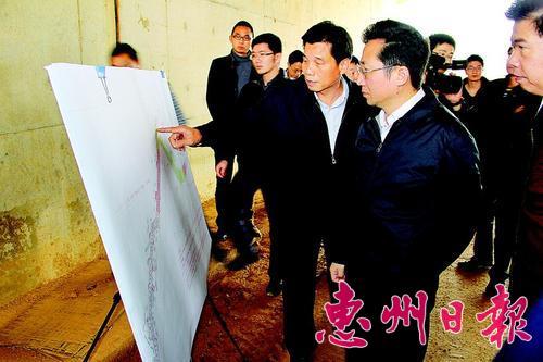 劉小軍到惠大高速連接線項目現場查看建設情況。 本報記者黃尉宏 攝
