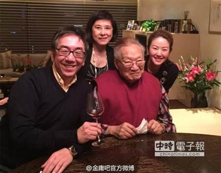 91岁金庸庆生近照曝光撇嘴微笑(图)