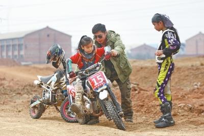 7岁洛阳少年驰骋越野摩托赛道 父亲做私人教练
