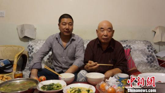 湖北打工小伙新疆照顾空巢老人7年不离不弃