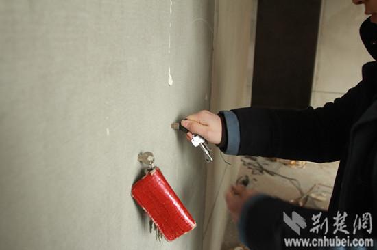 多户家中墙壁均出现钥匙能插进墙体5厘米左右的现象