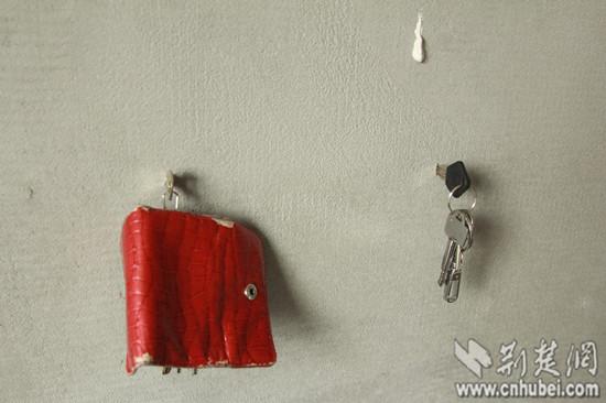 记者和业主试着将多把钥匙插入墙内