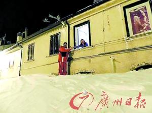 意小镇1天降雪2.5米积雪直抵楼房二层
