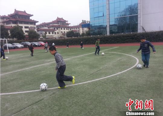 南京220余名足球教师上岗学生人手一球踢出足球梦