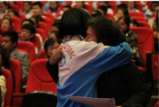 朝阳学校的高校长为一横老师颁发了东北师大附中朝阳学校荣誉校长的