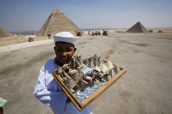 埃及金字塔游览区售卖纪念品的小男孩.