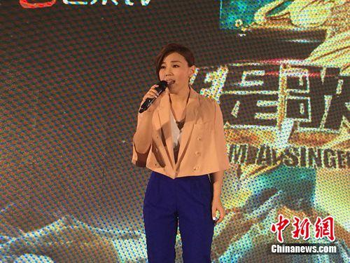 李佳薇穿粉色外套亮相与歌迷亲密互动(图)