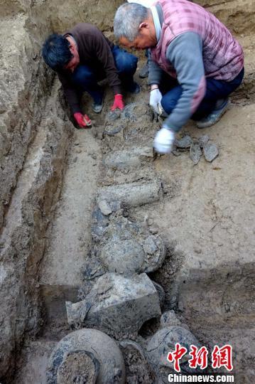 河南发掘战国至东汉墓葬群出土罕见青铜剑、戈(图)