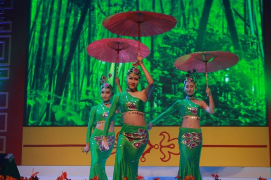 煤矿文工团舞蹈演员田静思佳、宋阳、戴蔚表演傣族舞蹈
