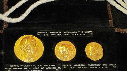 其中的12枚罗马金币与40枚希腊银币被放在三个带有玻璃面的木匣子里,另外3枚希腊金币则被放在了一个皮口袋中。