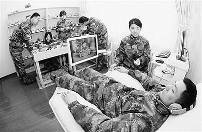 驻疆汽车部队官兵坐音乐放松椅缓解倦怠焦虑(图)
