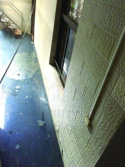 海口一栋房子长期遭污水浸泡 恶臭扰邻