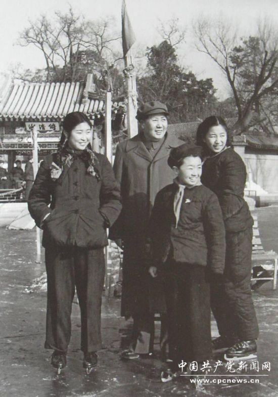 1953年吕厚民为毛主席和李敏 李纳 毛远新在溜冰场上拍摄...