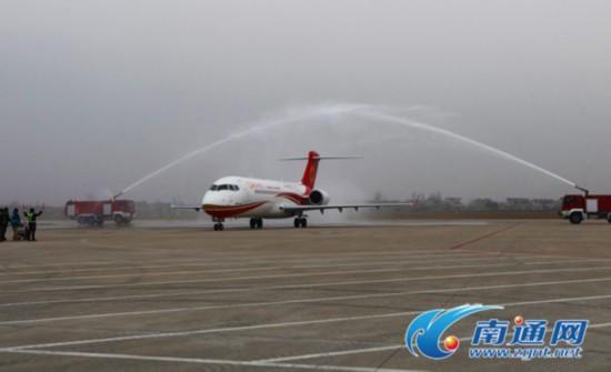昨天下午5点20分左右,飞机降落在南通兴东机场.记者 许丛军摄