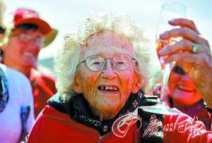 南非百岁老妪跳伞庆生曾有两次高龄跳伞经历