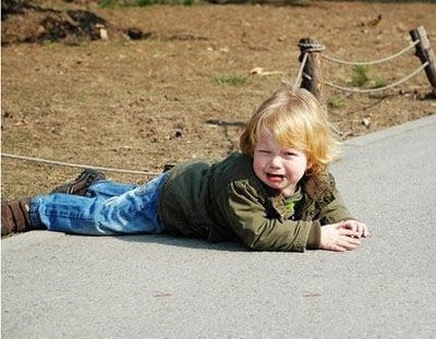 宝贝摔倒了妈妈们怎样做?看看不同国家妈妈反应