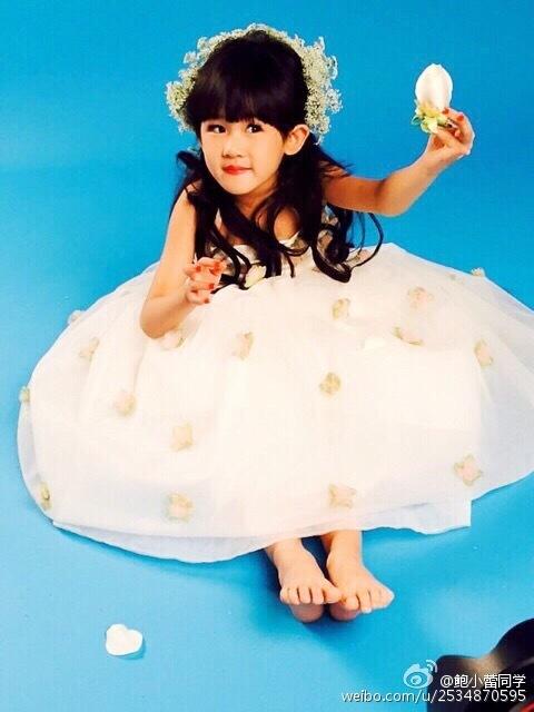 贝儿艺术照变身白衣小公主 可爱美丽像妈妈