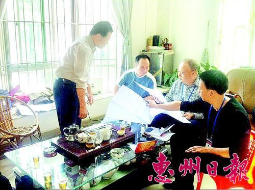 小金口街道驻点团队来到青塘村,听取村民反映垃圾清理、房屋报建等问题。