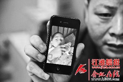 谢先生的手机里记录着儿子目前的状况。