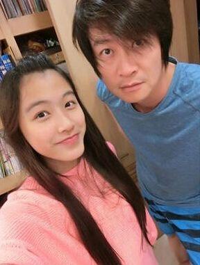 据台湾媒体报道,歌手游鸿明拥有斯文气质,跟空姐老婆结婚18年仍保持